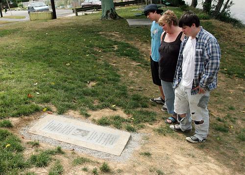 Hayley Rogers con su hijo Kenneth y su amigo Sia Stone